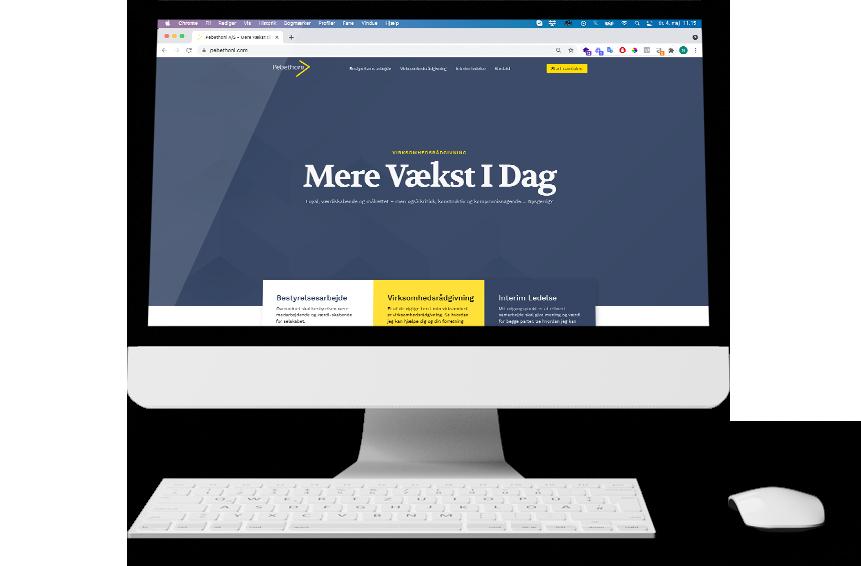 Skærm der viser Pebethoni A:S nye hjemmeside på en mac computer med mus